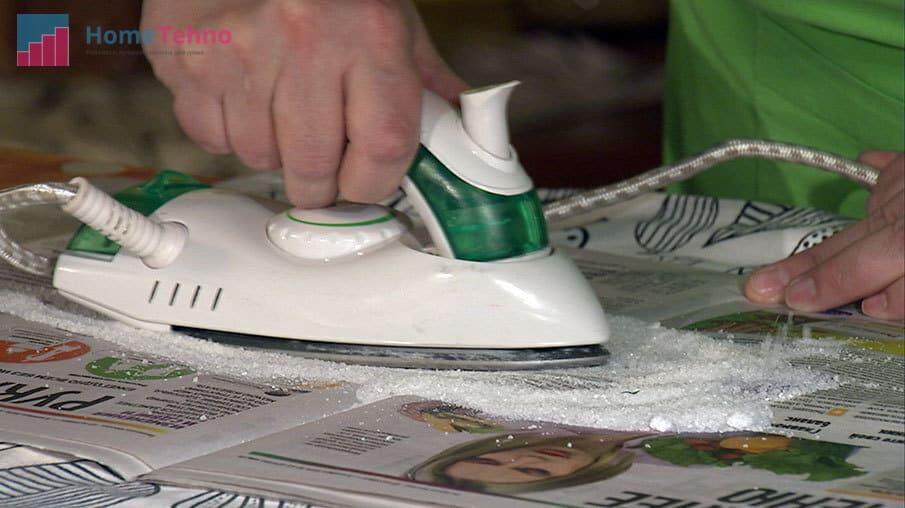 как почистить подошву утюга солью