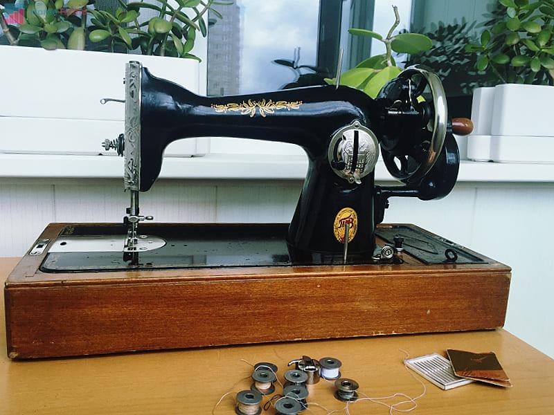 как управлять механической швейной машиной