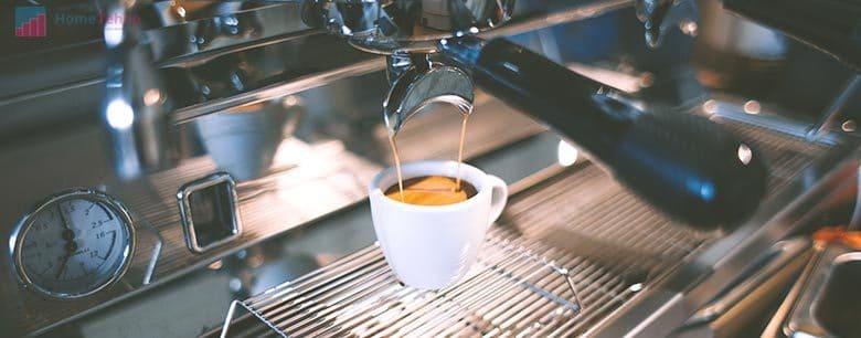 кофемашина шумит и слабо течет вода